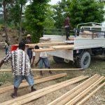 Freiwillige Helfer entladen die neu eingetroffenen Baumaterialien. © Silvia Sanz