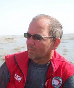 Mario Lennartz vor Überflutetem Gebiet (Foto: W.Hildenbrand)