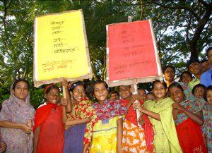 Kinder tragen Transparente mit Verhaltensregeln für den Notfall durch das Dorf