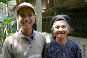 Roa und ihr Sohn freuen sich über die Hilfe des DRK