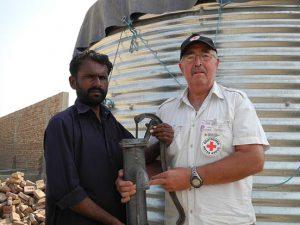 Dieter Mathes übergibt eine Pumpe an einen der Bauern im Dorf