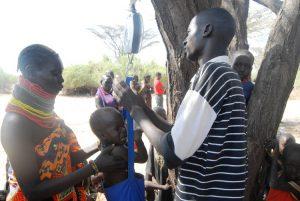 Die Kinder müssen auch gewogen werden. (c) DRK