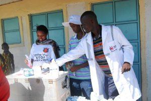 Mitarbeiter des Kenianischen Roten Kreuzes im Einsatz in einer mobilen Klinik. (c) DRK