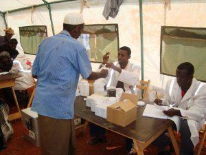 In einer Mobilen Klinik des Kenianischen Roten Kreuzes werden Patienten untersucht und mit Medikamenten versorgt. (c) DRK