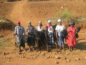 Nutzniesser des Projekts mit Fruchtbaumsetzlingen (c) DRK/Khauhelo Heshepe