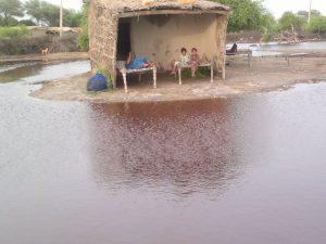 Überschwemmungen in Pakistan. Die Menschen suchen Zuflucht an höher gelegenen Orten. (c) DRK