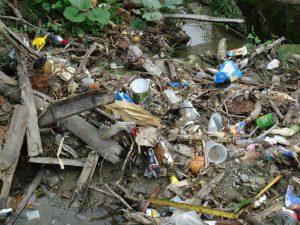 Müllberge verstopfen Abwasserkanäle und sorgen so oft für Überschwemmungen. (c) DRK/Nadine Evers