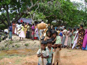 Verteilung von Hilfsgütern and Heimkehrer (c) DRK