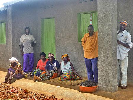 Bewohner verkaufen vor ihrem Haus die selbst hergestellten Kohlebriketts