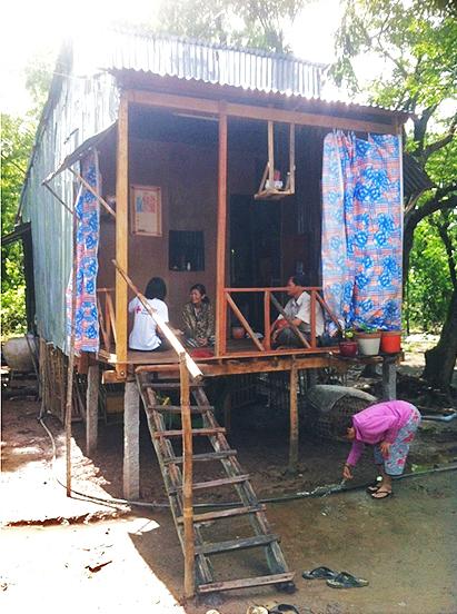 Ms. Dep erklärt einem DRK-Mitarbeiter, dass sie ohne die Hilfe des DRK nicht fähig gewesen wäre, ihr Haus zu reparieren und zu verbessern.