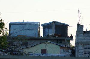 Hütten mit Plastikplanen in Haiti