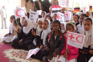 Schülerinnen in Tarim mit Rotkreuz-Flaggen