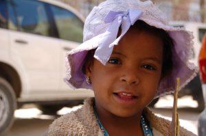Mädchen im Jemen lächelt in die Kamera