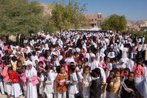 Evakuierungsübung: 1.700 Schülerinnen bringen sich vor der Schule in Sicherheit