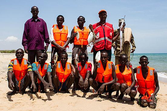 Die Trainer und Trainingsteilnehmer des Fischertrainings präsentieren ihre gefangenen Fische.