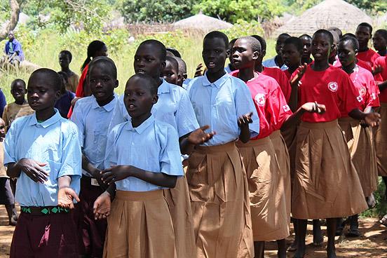 Die Theatergruppe der Grundschule Pupu Kamuya singt ein Willkommenslied. (Foto: © Binh/ DRK)