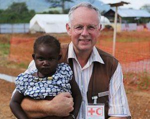 DRK-Mitarbeiter Prof. Joachim Gardemann mit Doris, 3 Jahre. Nach zehn Tagen in der Ebola-Behandlungsstation darf sie nach Hause zur Großmutter. Foto: DRK