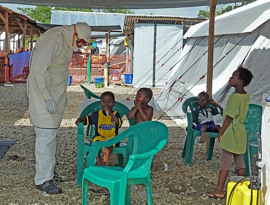 Freiwillige Helfer und an Ebola erkrankte Kinder