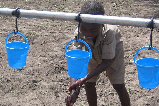 Ein Schulkind wäscht sich die Hände mit sauberem Wasser aus der neu errichteten Händewaschstation. (Foto: Andrea Kehrwald/ DRK)