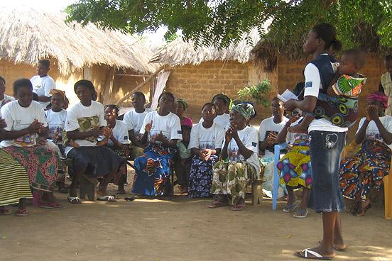 Die Leiterin eines Mütterclubs wiederholt mit ihren Mitgliedern noch einmal, worauf es beim richtigen Gebrauch der neuen Ecosan-Latrinen ankommt. (Foto: Andrea Kehrwald /DRK)