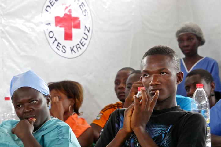 Foto: Liberianische Männer und Frauen in einem DRK-Zelt