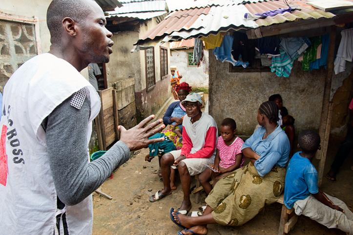 Foto: Rotkreuzmitarbiter in Liberia spricht mit Mitbürgern.