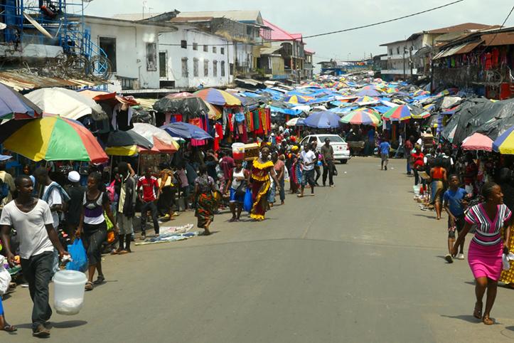 Foto: Menschen auf den Straßen Morovias.