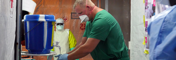 Foto: DRK-Mitarbeiter im Ebola-Behandlugnszentrum beim Händewaschen