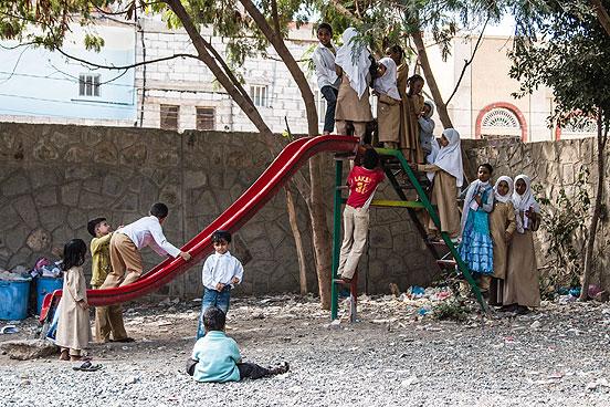 Das DRK modernisiert Schulen in Jemen auch mit Spielgeräten wie Rutschen. Foto: René Schulthoff /DRK