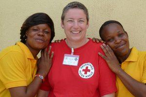 Foto: Regine Reim mit zwei einheimischen Frauenin Monrovia