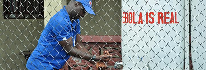 Foto: Helfer des Liberianischen Roten Kreuzes wäscht sich die Hände
