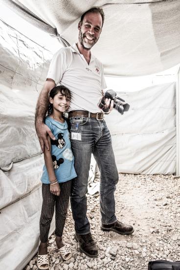 Laticia aus Syrien mit DRK-Mitarbeiter René Koch. Foto: Silas Koch