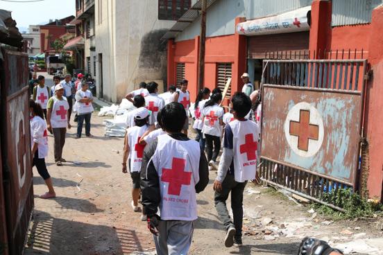 Freiwillige Helfer des Nepalesischen Roten Kreuzes verladen Hilfsgüter des DRK. Foto: René Schulthoff/DRK