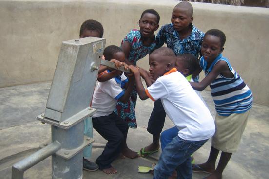 Die Dorfbewohner freuen sich über ihren neuen Brunnen. (Foto: Andrea Kehrwald/ DRK)