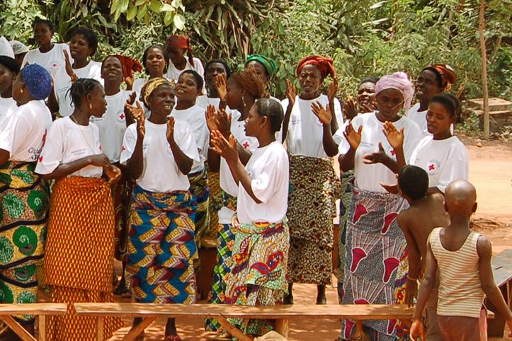 Foto: Eine Gruppe von Müttern in Togo singt.