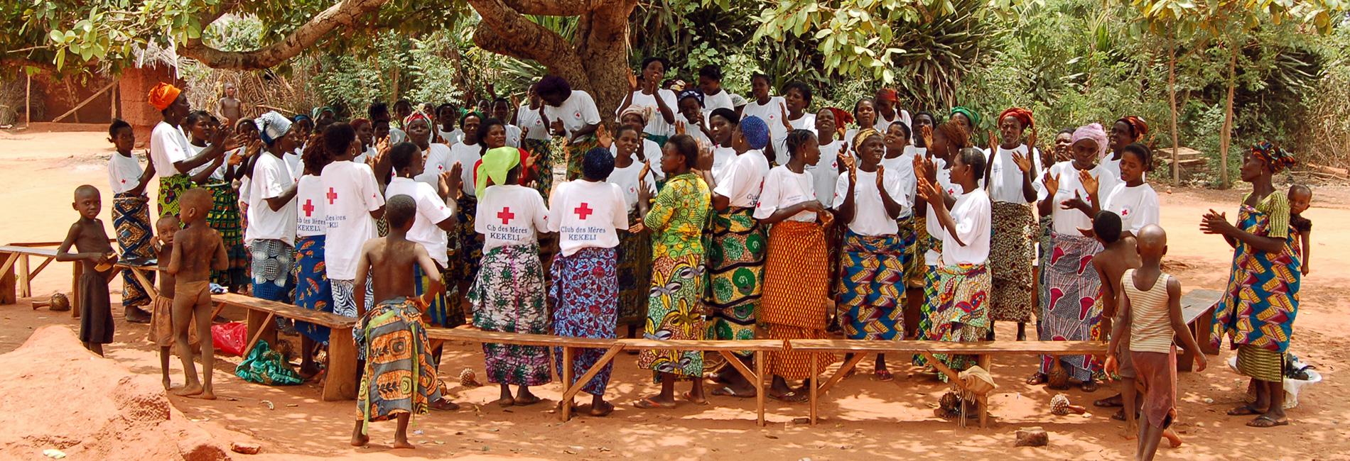 Foto: Einge Gruppe von Müttern in Togo singt.