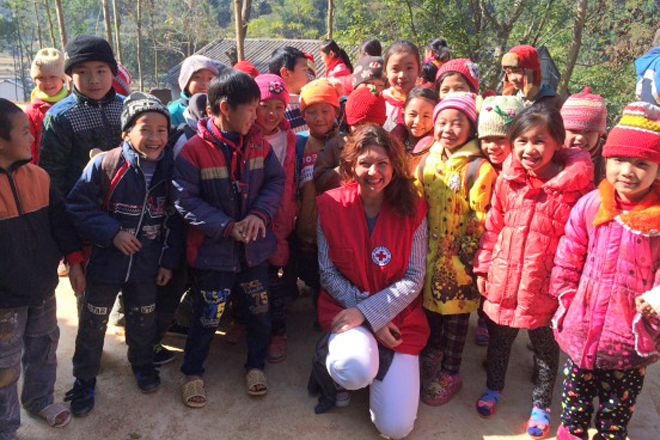 Foto: DRK-Mitarbeiterin mit vietrnamesischen Schülern