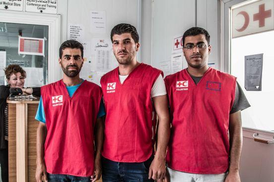 Saeed, Ala´a und Kamal aus Syrien helfen im Azraq-Krankenhaus. Foto: René Schulthoff /DRK