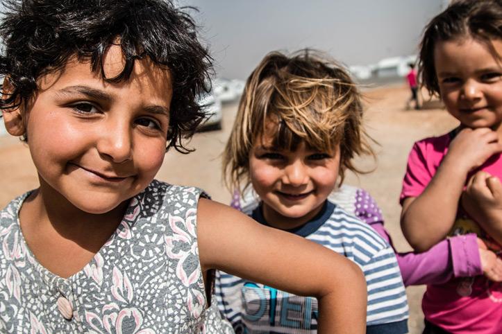 Foto: Flüchtlingskinder schauen lachend in die Kamera
