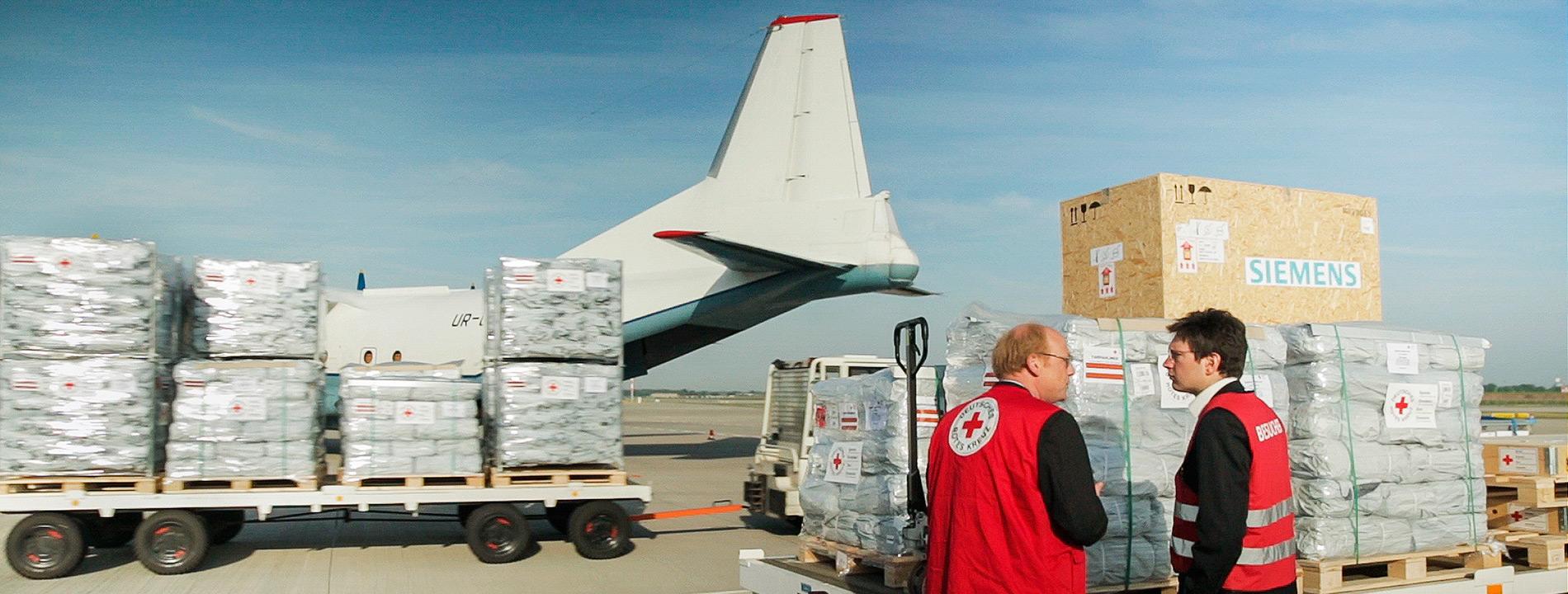Foto: Hilfsgüter vor der Verladung in ein Flugzeug.