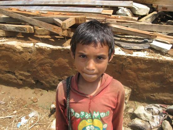 Foto: nepalesischer Junge nach dem Beben in seinem Heimatland