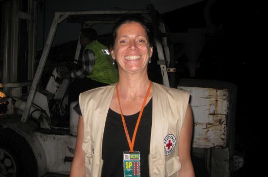 Entladen des DRK-Hilfsflugs