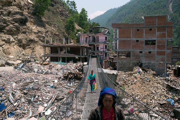 Foto: Nepalesinnnen laufen über eine lange Brücke
