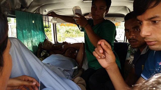 Weitertransport eines Schwerverletzten mit der einheimischen Ambulanz. Der Mann wurde von seiner Kuh über die Felder gezogen. Foto: Reto Eberhard /Schweizer Rotes Kreuz