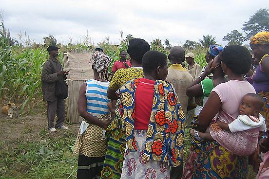 Foto: Frauen bei einer Auswertung der Anbaumethoden im Maisfeld.