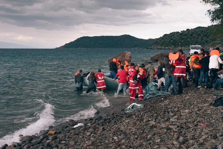 Foto: Mit dem Schlauchboot angekommene Flüchtlinge am Strand von Lesbos