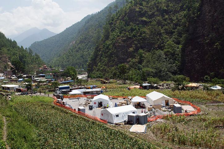 Foto: ein Blick in die Berge ud die mobile DRK-Gesundheitsstation in Nepal