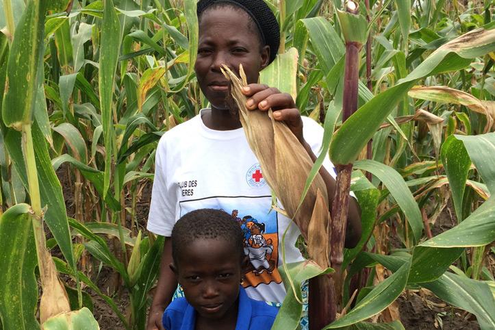 Foto: Togolesische Frau mit ihrem Sohn in einem Maisfeld