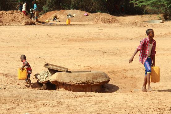 Kinder mit Wasserkanistern