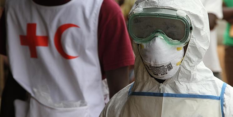 Die Schutzkleidung der Hilfskräfte und die veränderten Umgangsgewohnheiten haben die Liberianer teilweise stark verunsichert. Foto: IFRC